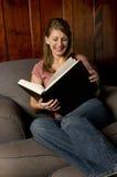 Een vrouw die een groot boek leest Stock Afbeelding