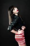 Een vrouw die een leerjasje dragen Royalty-vrije Stock Foto's