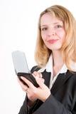 Een vrouw die een pda houdt Stock Afbeeldingen