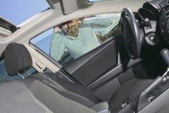 Een vrouw die een probleem hebben met is auto Royalty-vrije Stock Foto