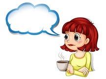 Een vrouw die haar kop van koffie met een leeg wolkenmalplaatje hebben royalty-vrije illustratie