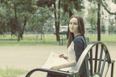 Een vrouw die een krant in het Park lezen royalty-vrije stock fotografie