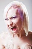 Een vrouw die met gekke uitdrukking gilt Stock Afbeeldingen