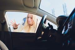 Een vrouw die een probleem hebben met is auto royalty-vrije stock foto's