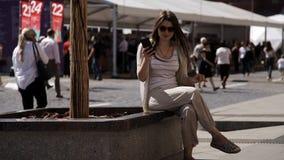 Een vrouw die een smartphone gebruiken spreekt op Rood Vierkant in Moskou, voor het Kremlin stock footage
