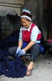 Een vrouw die van Bai etnische minderheid batik maakt stock afbeeldingen