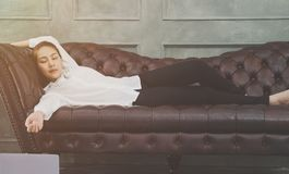 Een vrouw die een wit overhemd dragen slaapt stock afbeelding