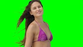 Een vrouw die zich als wind bewegen blaast haar haar stock footage