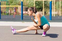 Een vrouw doet sporten in het park Royalty-vrije Stock Afbeeldingen