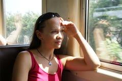 Een vrouw in een trein Royalty-vrije Stock Foto's