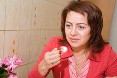 Een vrouw eet een roomijs Stock Afbeeldingen