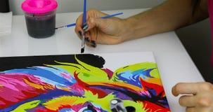 Een vrouw eindigt schilderend met zwarte verf Het versnelde schieten stock video