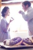 Een vrouw en een man die een grote lunch hebben Royalty-vrije Stock Afbeeldingen