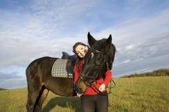 Een vrouw en een paard. Stock Foto