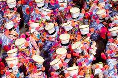 Een vrouw en mannen in kostuum die op Carnaval in Sambodromo in Rio dansen Royalty-vrije Stock Afbeeldingen