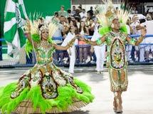 Een vrouw en mannen in kostuum die op Carnaval in Sambodromo in Rio de Janeiro dansen Royalty-vrije Stock Foto