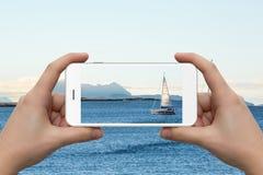 Een vrouw fotografeert de zeilboot royalty-vrije stock foto's