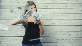 Een vrouw gelaten vallen geld stock video