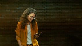 Een vrouw in glazen draait tekst sms op een smartphone 08 stock video