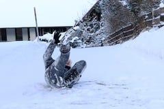 Een vrouw gleed en viel op de de winterweg uit Royalty-vrije Stock Fotografie