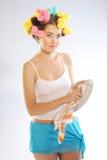 Een vrouw in haarkrulspelden Stock Fotografie