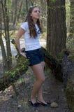 Een vrouw in het bos Royalty-vrije Stock Afbeelding