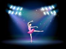 Een vrouw het dansen ballet met schijnwerpers Stock Afbeeldingen
