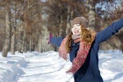 Een vrouw in het park is gelukkig over de komende winter Stock Foto