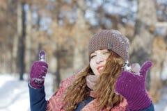 Een vrouw in het park is gelukkig over de komende winter Stock Afbeelding