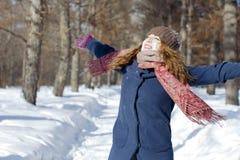 Een vrouw in het park is gelukkig over de komende winter Royalty-vrije Stock Fotografie