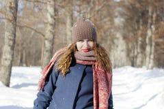 Een vrouw in het park is gelukkig over de komende winter Stock Fotografie