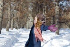 Een vrouw in het park is gelukkig over de komende winter Stock Afbeeldingen