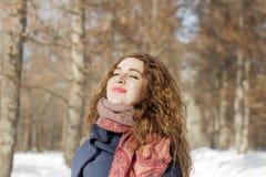 Een vrouw in het park is gelukkig over de komende winter Royalty-vrije Stock Afbeelding