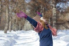 Een vrouw in het park is gelukkig over de komende winter Royalty-vrije Stock Afbeeldingen