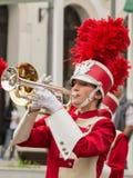 Een vrouw het spelen trompet stock afbeelding