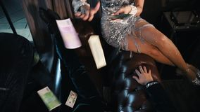 Een vrouw het uitspreiden geld op de man in modieuze retro kleren die op de laag liggen stock videobeelden