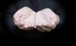 Een vrouw houdt handen Stock Foto's