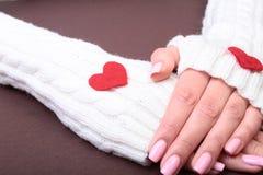 Een vrouw houdt een rood hart in haar handen Stock Foto