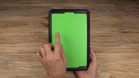 Een vrouw houdt een tabletpc met het groen scherm voor uw eigen douaneinhoud stock videobeelden