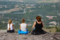 Een Vrouw, een jongen en een meisje bekijken het bos van een vogelperspectief stock foto