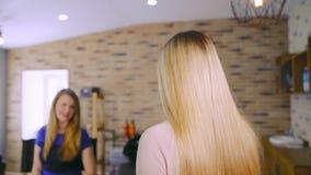 Een vrouw komt aan een schoonheidssalon stock footage