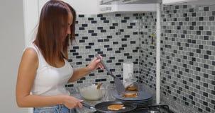 Een vrouw kookt in een keukenbrand royalty-vrije stock fotografie