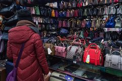 Een vrouw koopt een handtas royalty-vrije stock fotografie