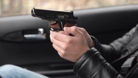 Een vrouw koopt een kanon voor zelf-defensie van een onwettige verkoper van kanonnen Close-up stock footage