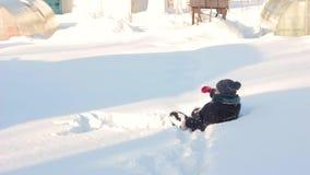 Een vrouw loopt door de sneeuw stock videobeelden