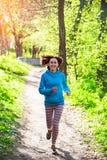 Een vrouw loopt in het Park Stock Afbeeldingen
