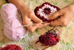 Een vrouw maakt patroon haken stock afbeeldingen