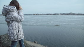 Een vrouw maakt spruit op oude uitstekende retro stijlcamera naast de vijver stock video