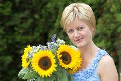 Een vrouw met de zonnebloem Royalty-vrije Stock Fotografie
