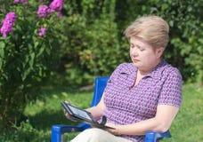 Een vrouw met een e-boek royalty-vrije stock foto's